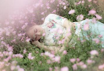 女人如花,好像玫瑰花一般的美艳绝伦.
